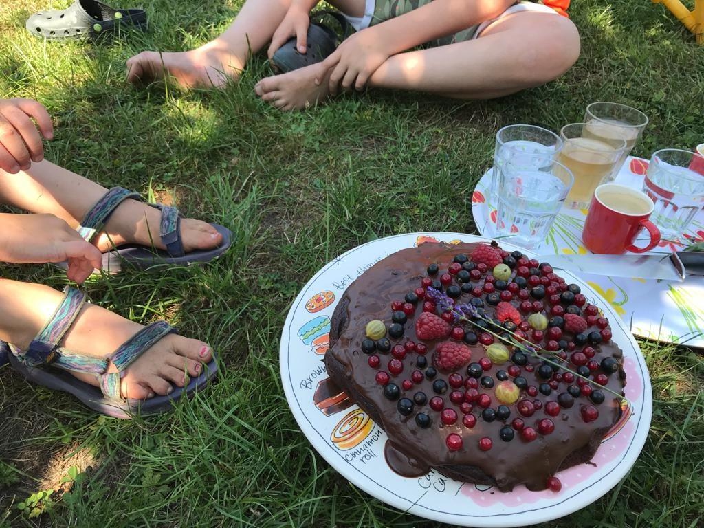 Samen genieten van zelfgemaakte baksels en zelf geplukte heerlijkheden uit eigen tuin.